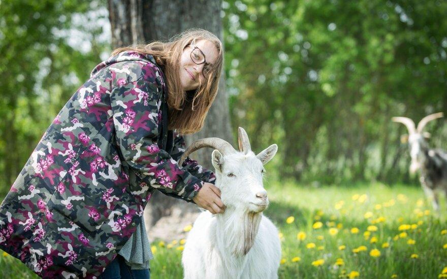 """Vilniečių pora gyvenimą mieste išmainė į kaimą: melžti ožkas ir pjauti vištas mokosi iš """"Youtube"""""""