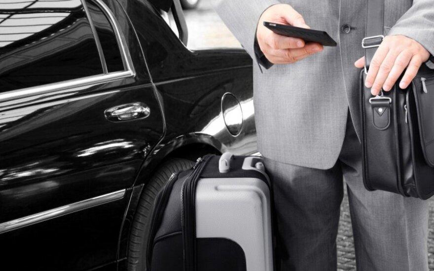 Verslininkas, lagaminas, telefonas