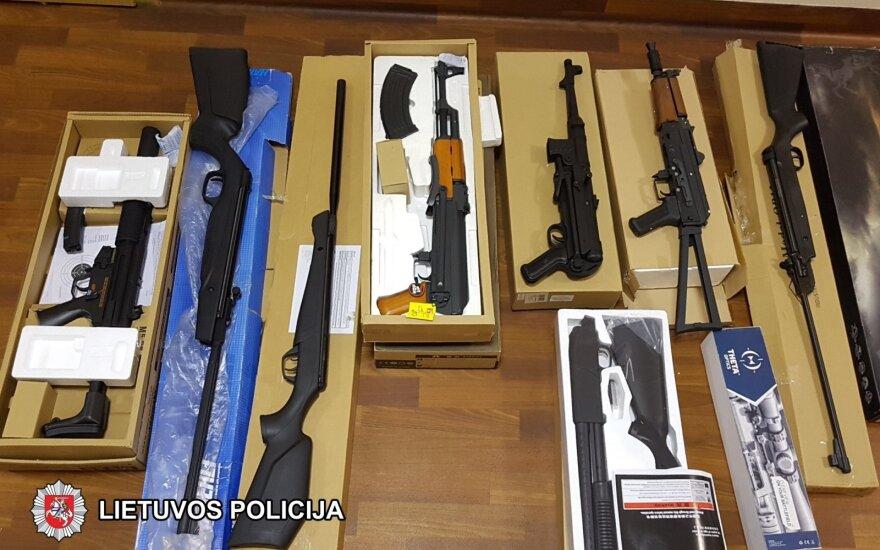 Žaislinių ginklų prekeivio arsenale – ne vien žaislai