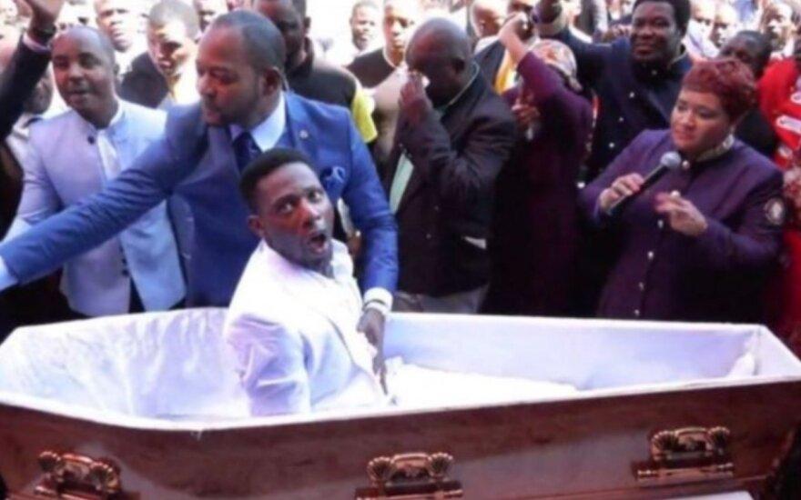 """Vyrą iš mirusių """"prikėlęs"""" Afrikos pastorius turės atsakyti teisme"""