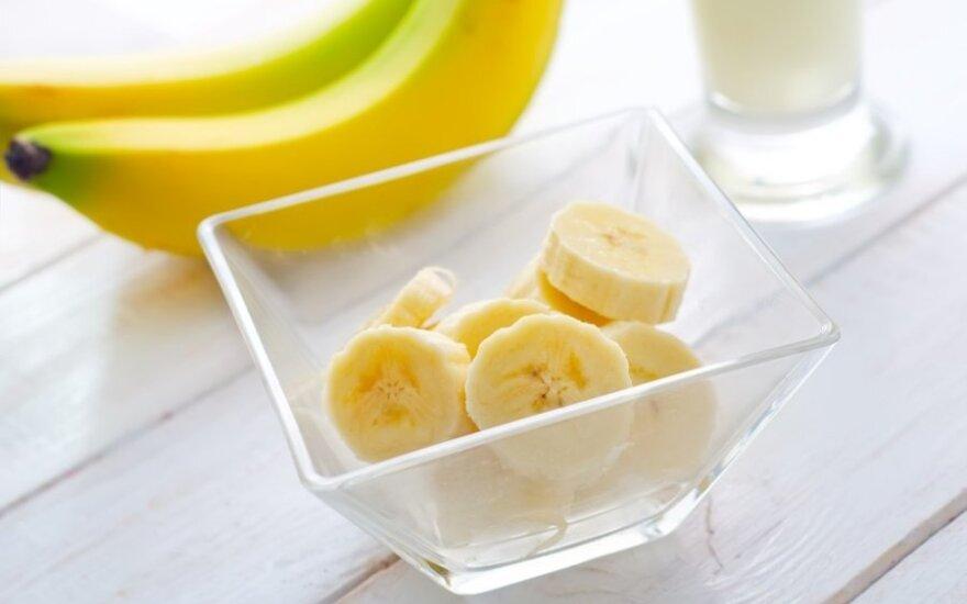 Persikų, bananų ir braškių kokteilis
