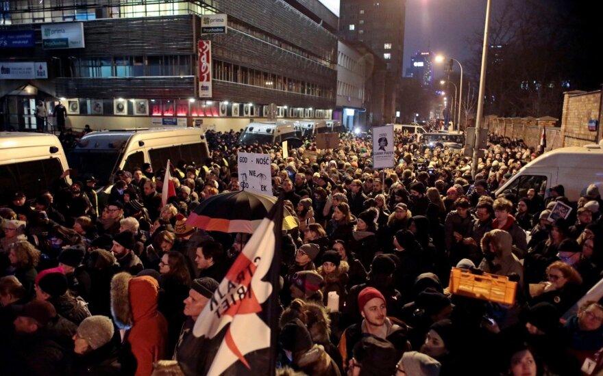 Tūkstančiai lenkų protestavo prieš abortų draudimo įstatymą