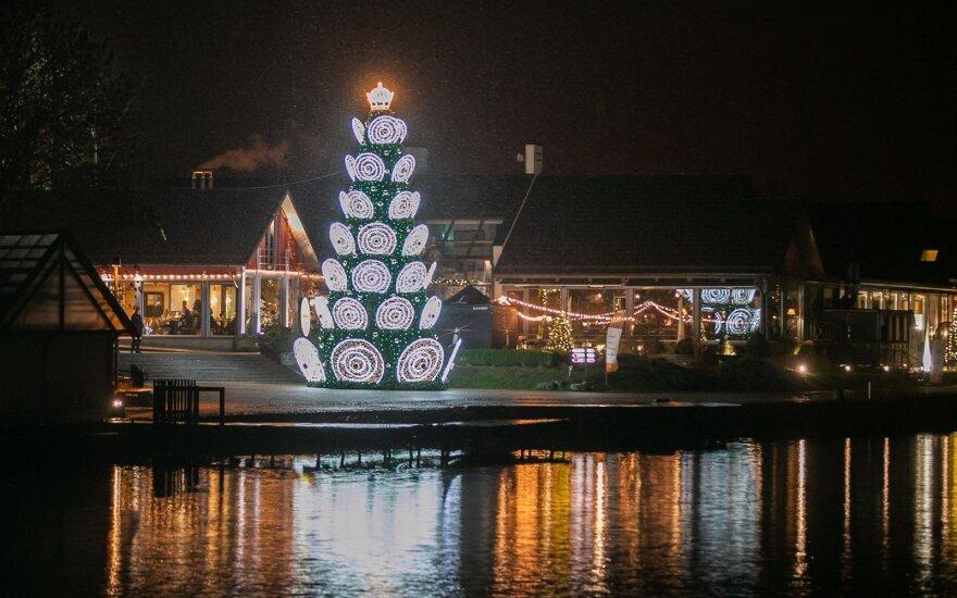 Trakuose įžiebta Kalėdų eglutė jau kelia aistras: vietiniams ji primena skraidančią lėkštę