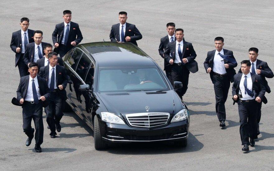 "Kim Jong Uno ""Mercedes-Benz"" limuzinas"
