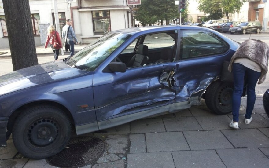 Persirikiuoti bandęs BMW gavo smūgį į šoną
