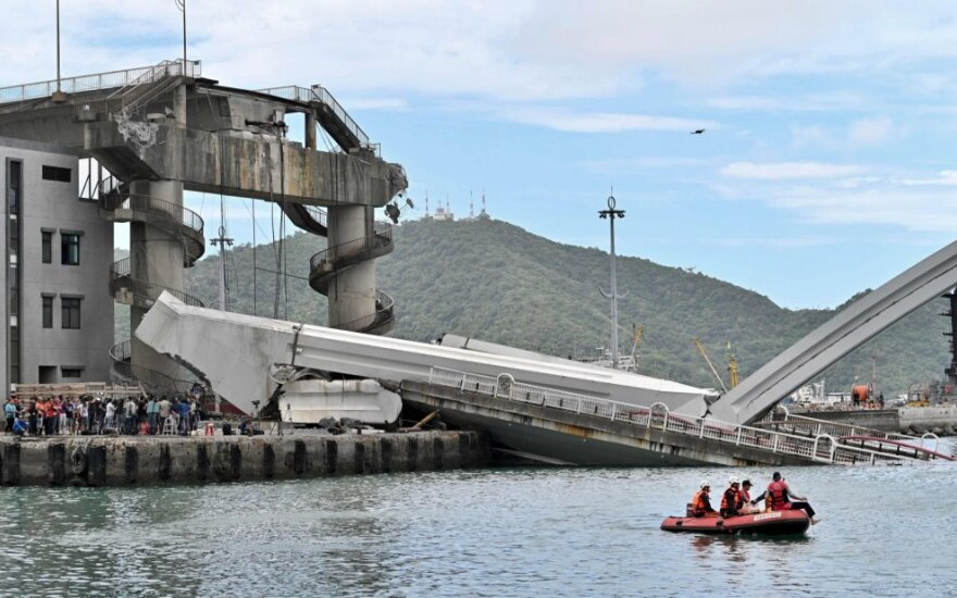 Taivane sugriuvus tiltui sužeisti mažiausiai 14 žmonių, dar šešių ieškoma