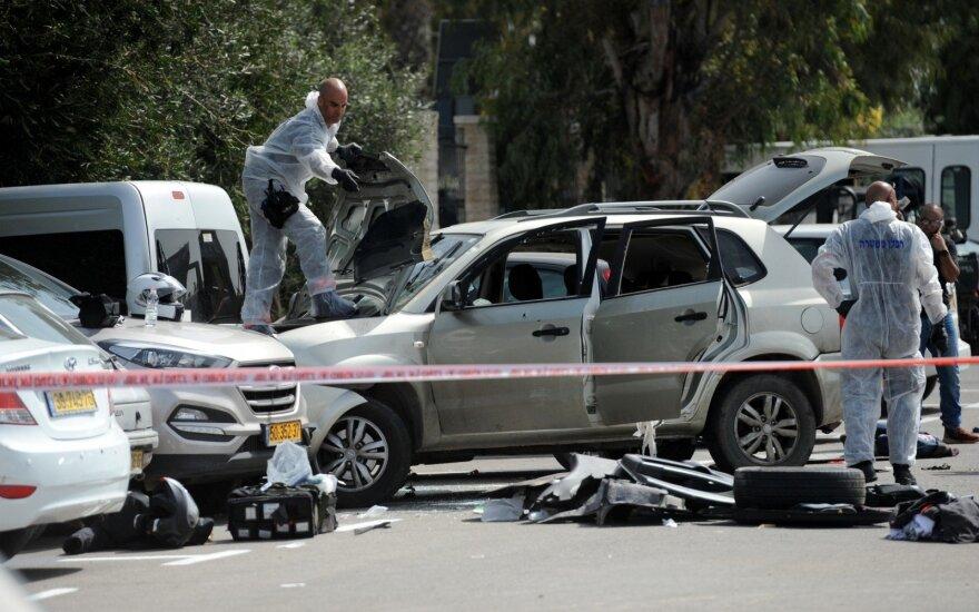 Izraelyje pašautas automobiliu tris žmones sužeidęs arabas