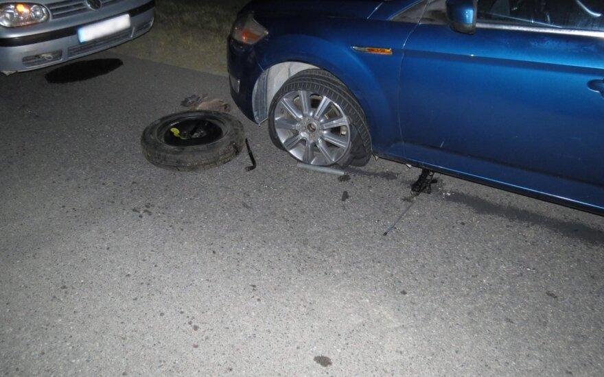 Automobilio ratą keitusio vyro gyvybę išgelbėjo sutuoktinė: BMW sutraiškė vyrui kojas