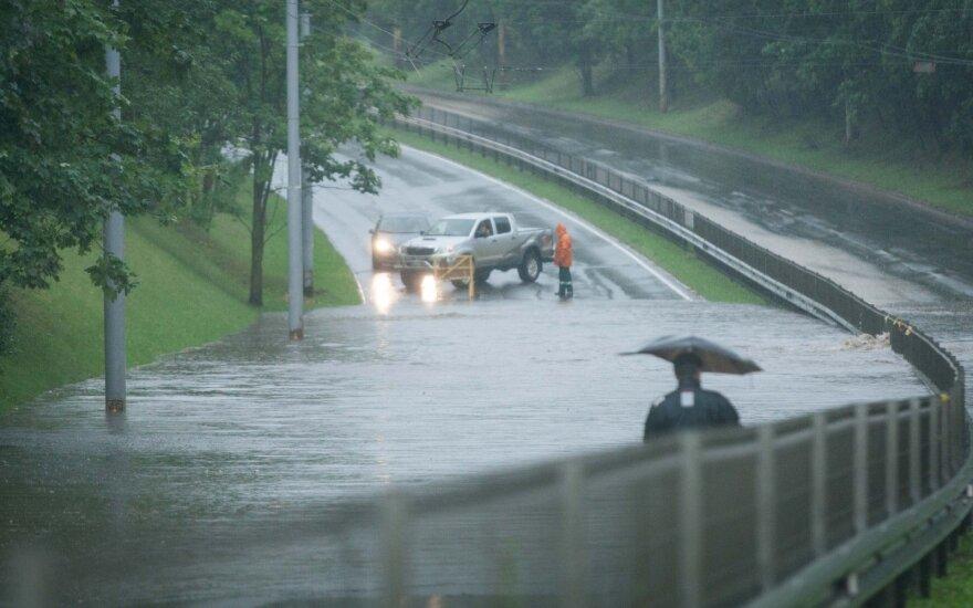 Vilniuje vėl prasidėjo smarkūs lietūs – praneškite apie sunkiai pravažiuojamas gatves