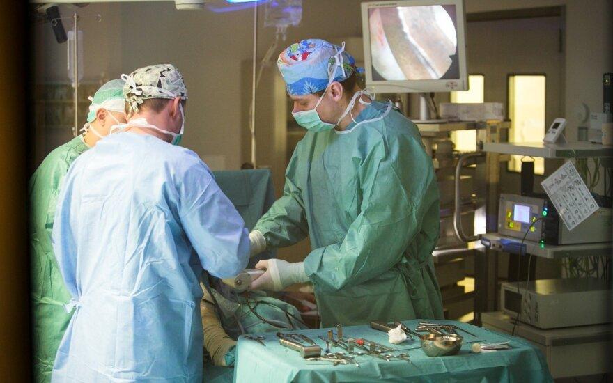 Kodėl chirurgai dėvi žalią aprangą, o įprasti gydytojų chalatai yra balti?