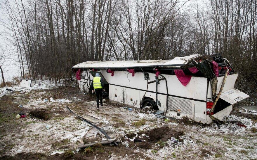 Ukmergės rajone nuo kelio nulėkė ir apvirto autobusas, kuriuo į teatrą važiavo 35 vaikai