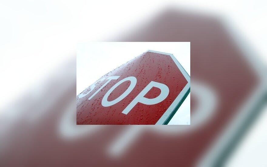 Policija užfiksavo, kaip vairuotojai pervažiavo geležinkelio pervažą degant raudonam šviesoforo signalui