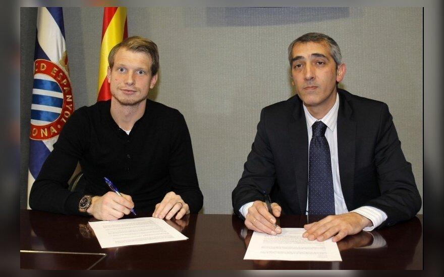Giedrius Arlauskis pasirašo sutartį (rcdespanyol.com nuotr.)