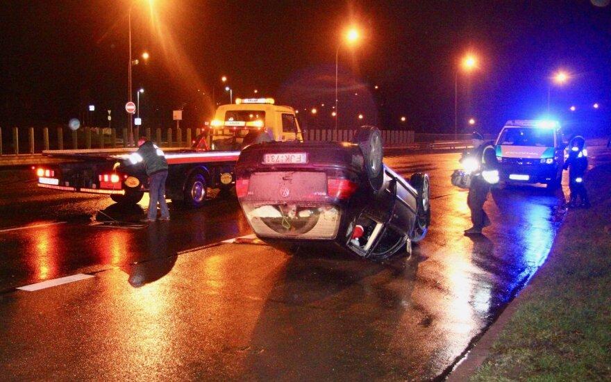 """""""VW Golf"""" skrydis Vilniuje: kliudė atitvarą, išlėkė į priešpriešinio eismo juostą ir apsivertęs čiuožė"""