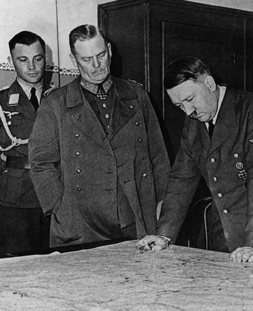 """A. Hitleris ir W. Keitelis nagrinėja SSRS užpuolimo planą """"Barbarossa"""". 1940 m."""