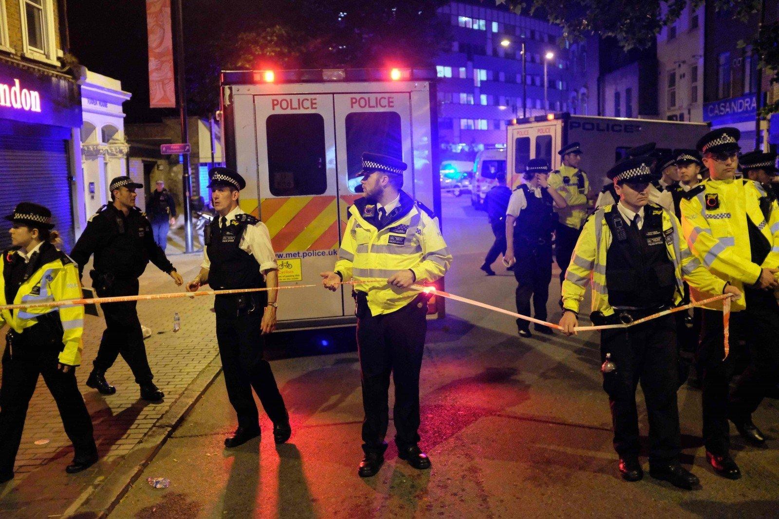 Картинки по запросу Фургон врезался в толпу у мечети на севере Лондона, есть жертвы