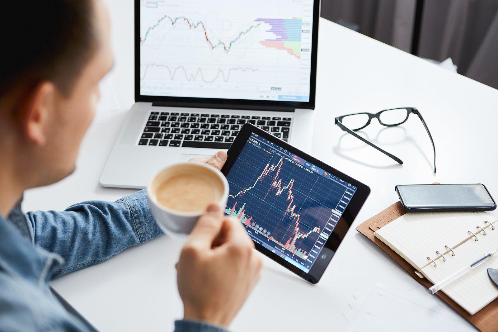"""""""Biržos laikmatis"""": akcijų rinkoje nauji rekordai, """"Bitcoin'o"""" kaina kyla toliau - DELFI Verslas"""