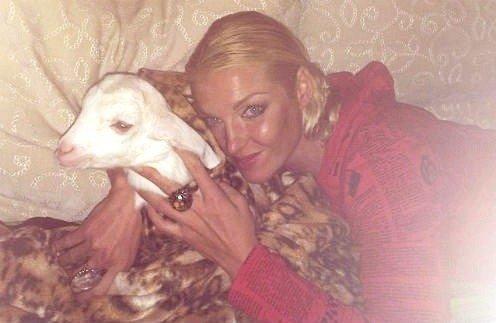 Анастасия Волочкова устроила горячую фотосессию с козлом