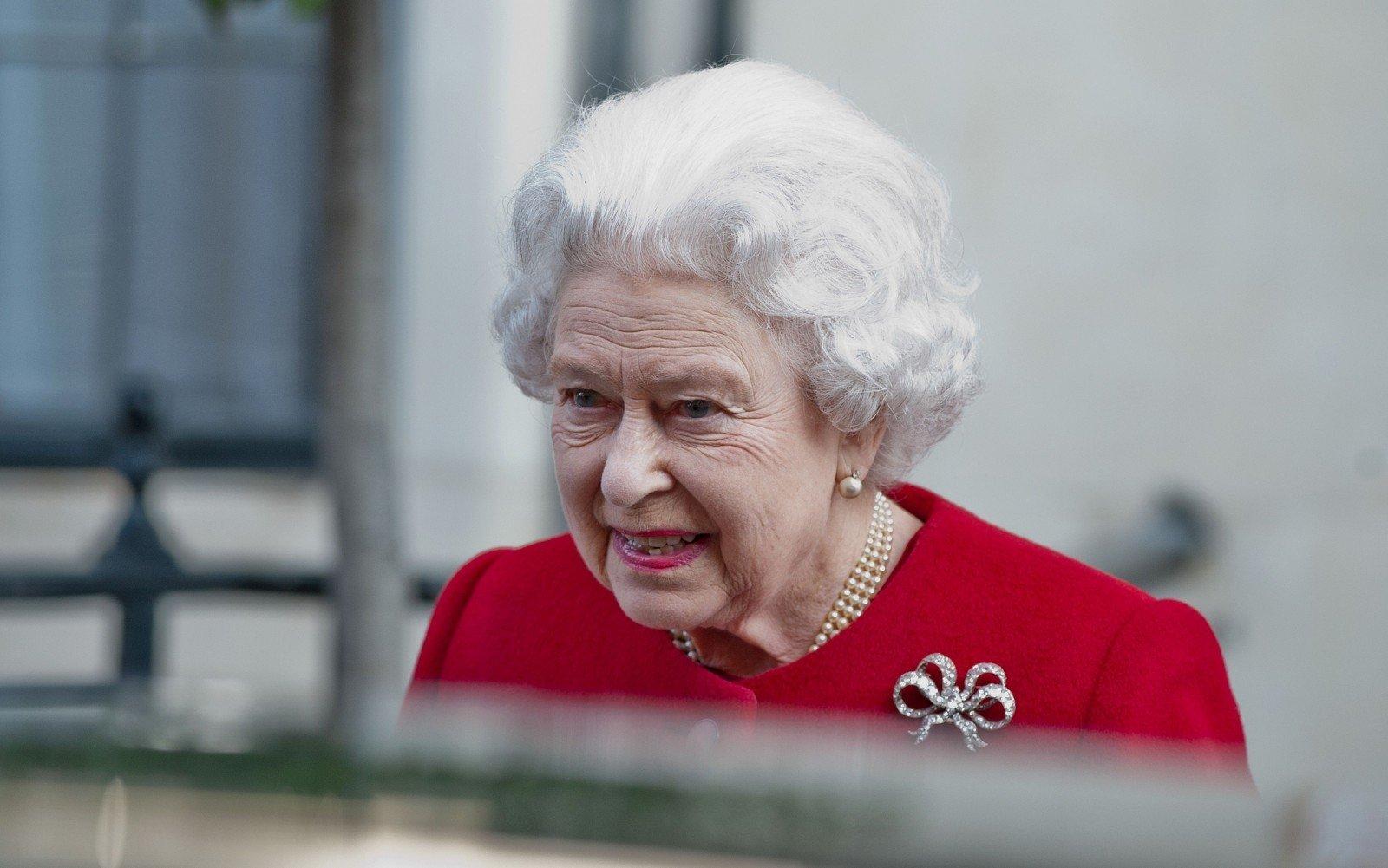 Охранник Букингемского замка ночью чуть незастрелил королеву Англии