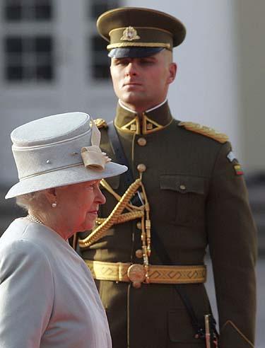 Elžbieta II ir garbės sargybos kuopos karys