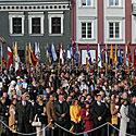 Prieš karalienei atvykstant į aikštę buvo iškilmingai įneštos Lietuvos miestų ir miestelių vėliavos.