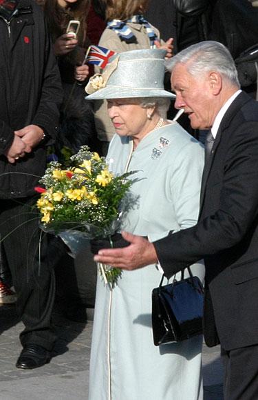 Karalienė Elžbieta II ir prezidentas Valdas Adamkus Rotušės aikštėje