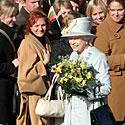 Karalienė Elžbieta II Rotušės aikštėje bendravo su žmonėmis