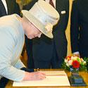 Elžbieta II pasirašo Seimo svečių knygoje