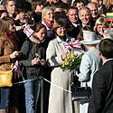 Karalienė bendravo su aikštėje susirinkusiais žmonėmis.