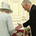 Elžbieta II su princu Filipu, ir prezidentas V. Adamkus su žmona Alma apžiūri dovanas