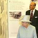 Elbieta II apžiūri parodą Seimo fojė
