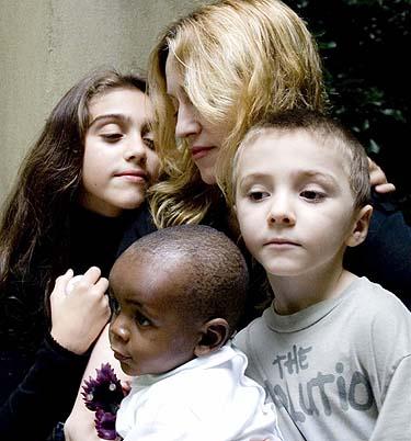 Madonna su vaikais ir įvaikiu