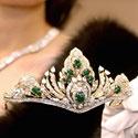 Pusės milijono JAV dolerių vertės deimantais ir smaragdais puošta tiara