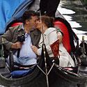 Pora bučiuojasi plaukiodama gondola.