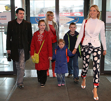 Natalija ir Deivydas Zvonkai kartu su globos namų auklėtiniais ir Kristina Ivanova
