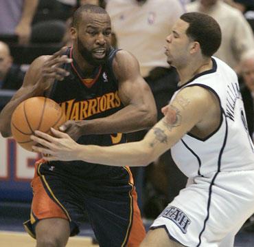 """Deronas Williamsas (""""Jazz"""") stabdo Baroną Davisą (""""Golden State Warriors"""")"""