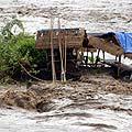Balio saloje esančiame Pemancingano kaimelyje patvinusi upė nuplovė šimtus namų