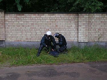 Policijos pareigūnai sulaiko riaušių dalyvį