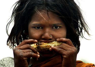 Mergaitė graužia kukurūzų burbuolę