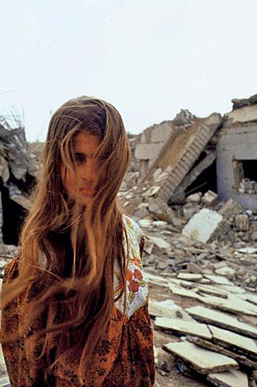 Irakietė šalia griūvėsių