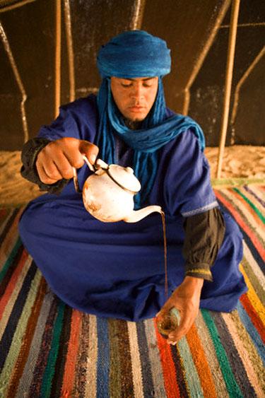 Arabas pila arbatą