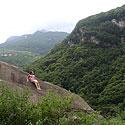 Kalnuose, ant skardžio