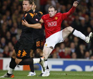 """Wayne'as Rooney (""""Manchester United"""") kovoja su """"Roma"""" futbolininkais"""