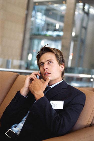 Vyras kalba telefonu