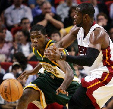 """Kevinas Durantas (""""Sonics"""") kovoja su Dwyane'u Wade'u (""""Heat"""")"""