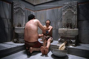 Stambulo pirtyje atliekamas masažas