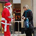 Kalėdų seneliu apsirengęs vyras