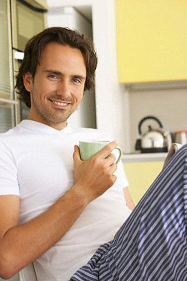 Vyras geria kavą