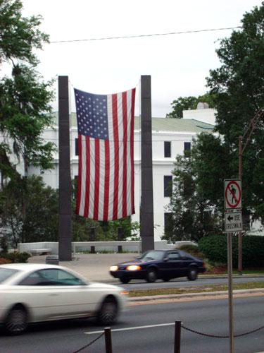 Didžiulė vėliava, kabanti be jokios progos...
