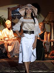 V.Poškienės papuošalus demosntruoja Kauno ponia 2006 Jolanta Bubnienė